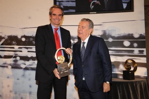 Javier Godó, presidente del Grupo Godó, entrega el premio a Enrico De Lorenzi, director general comercial de General Motors España - PUNTA TACÓN TV
