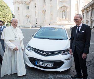 El Papa Francisco recibe un Opel Ampera-e - PUNTA TACÓN TV